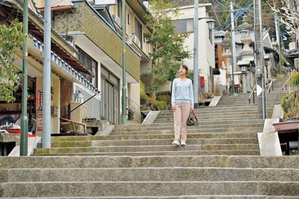 宝山寺までは情緒ある石畳の参道を歩く/生駒