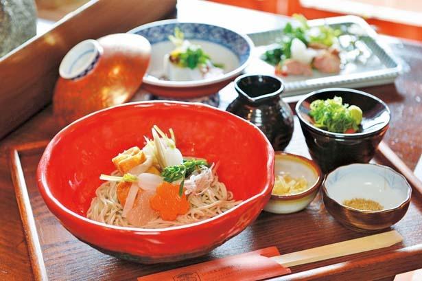 野菜たっぷりの巾着六根蕎麦(1080円、手前)/蕎麦食処 六根亭
