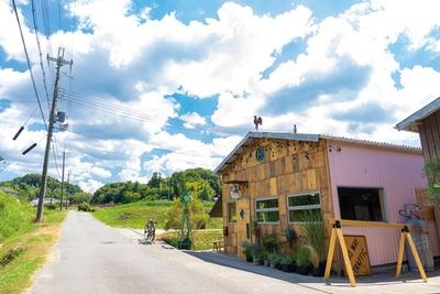 屋根の上の風見鶏とピンクの壁が目印。田んぼに囲まれたのどかなロケーションに癒される/DAKOTA RUSTIC TABLE