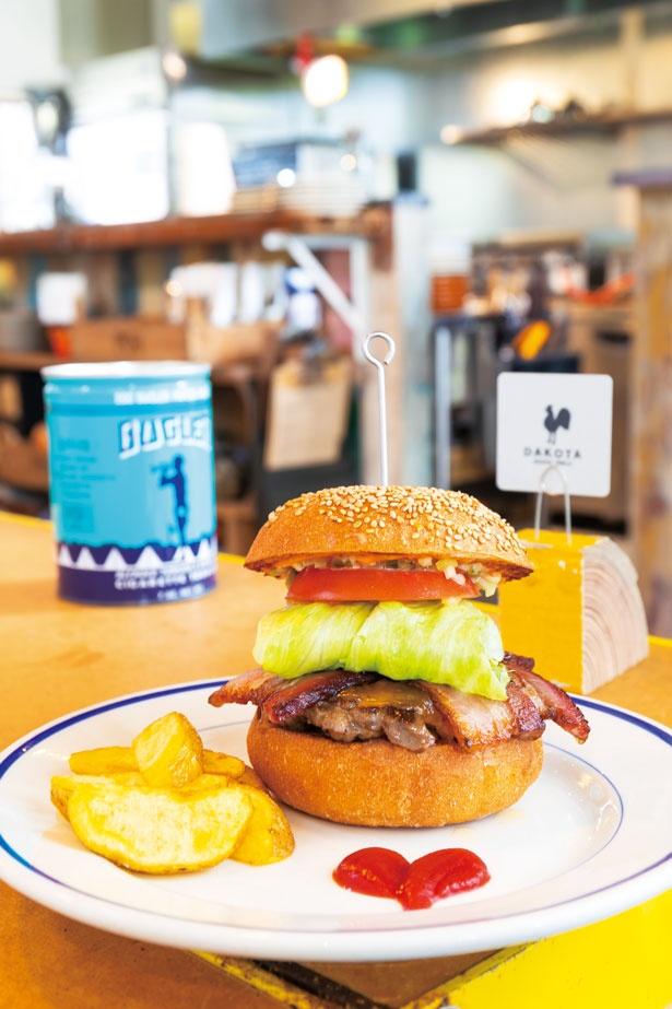 【写真を見る】ベーコンチーズ バーガー 1,350円/DAKOTA RUSTIC TABLE