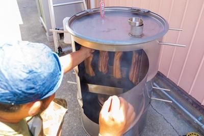 裏庭には薫製器が。ベーコンまで、1週間かけて手作り/DAKOTA RUSTIC TABLE