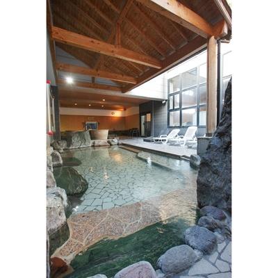 【写真を見る】ボディケアコーナーが併設された露天風呂。大型テレビが設置されているので、長湯できると人気