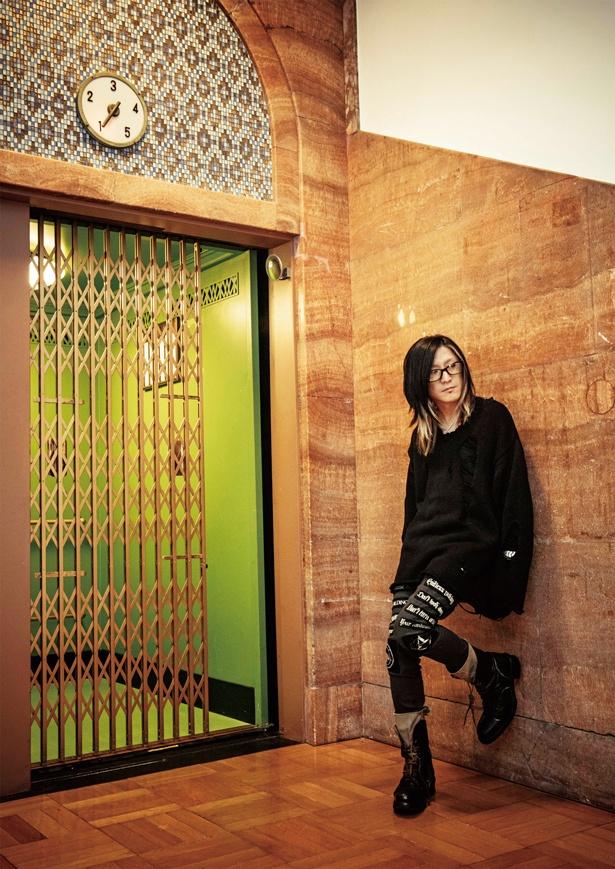 エレベーター前でのHISASHIソロカット