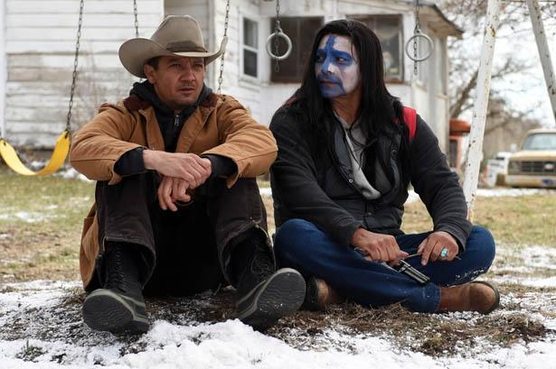ネイティブアメリカンの男性に寄り添う、ジェレミー・レナー演じるハンターのコリー