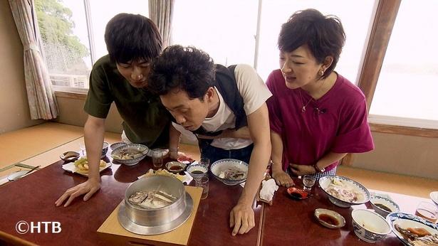 3人は出された料理を次々と食べまくる
