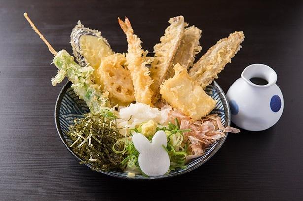 うどん兎屋 / 旬の食材が楽しめる「ぶっかけうさぎ」(写真は冷)。この日の野菜天は、芽キャベツとつぼみ菜の串揚げ、レンコン、ナスの3種