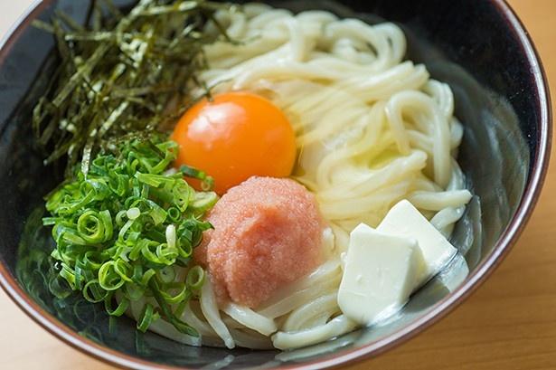 【写真を見る】幻のカルピスバターを使った「博多うどん居酒屋 泰吉」の「釜たま明太カルピスバター」(580円)