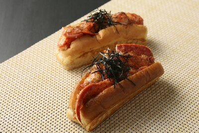 【写真を見る】限定メニューは必食!福岡の特産品である明太子を使った「明太子 ロブスターロール」(1000円)