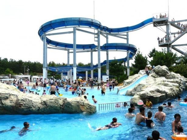 芦屋海浜公園 レジャープールアクアシアン  / プールから隣の海水浴場へ何度でも遊びに行ける