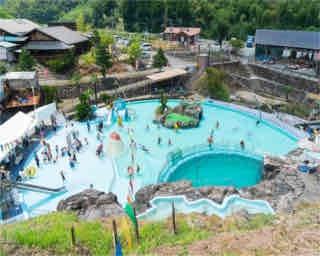 夏休みにおすすめ!熊本・山鹿「道の駅かほく 小栗郷」山里に湧く地下水の「親水プール」に飛び込もう