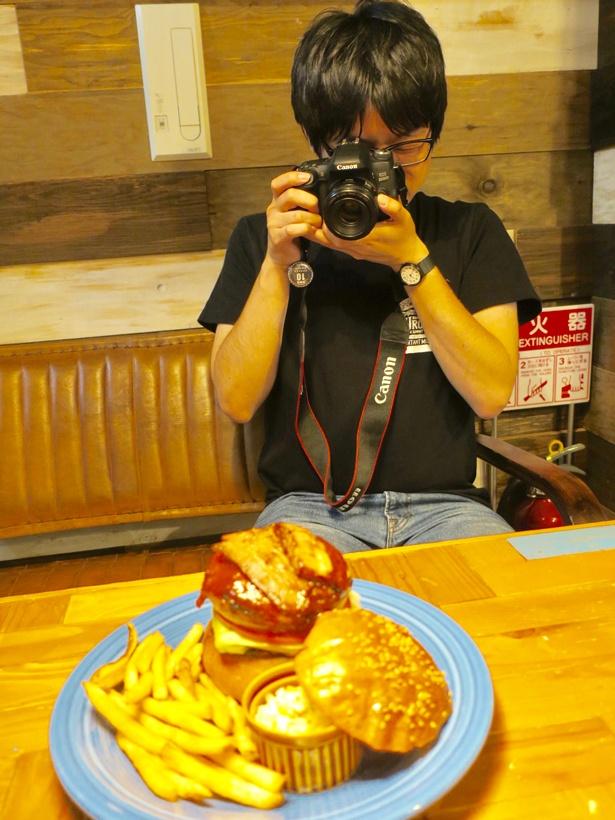 「ハンバーガーの『顔』を正面に、斜め上からパティとトッピングをアップで」が撮影のモットー