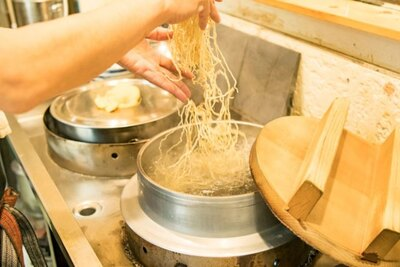 南京千両 本家 /大きな羽釜で麺を泳がせて、丁寧に湯切りする
