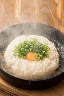 モヒカンらーめん本店 /「とんこつ飯」(500円)。丼に残ったスープをかけ、よく混ぜて食べる