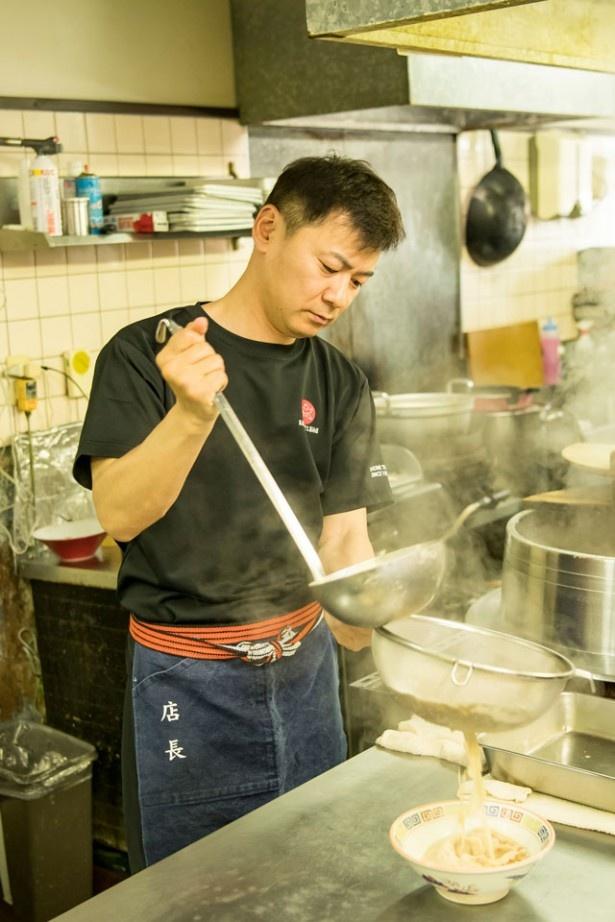 久留米 大砲ラーメン 本店 /スープを網で丁寧にこす。麺は、自社製麺所「大砲 麺工房」で作る中細ストレート。低加水麺なのでスープとより馴染みやすい