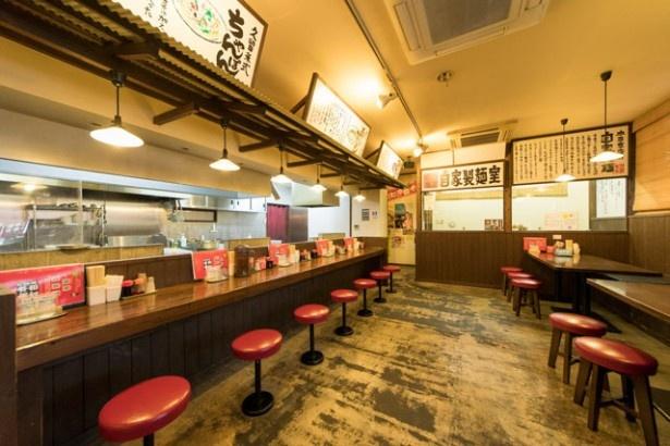 拉麵 久留米 本田商店 / 座敷もありファミリー客も多い。製麺の様子がガラス越しに見られる