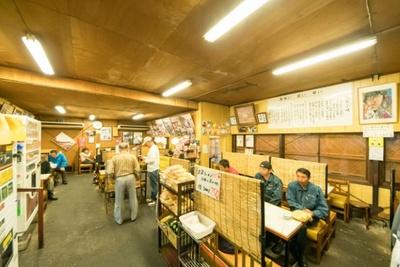 丸星ラーメン / 店内は80席あり、壁には昭和の店の写真や訪れた著名人のサインなどが飾られている