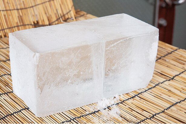 88年培ってきた技法で長時間生成した純氷を使用