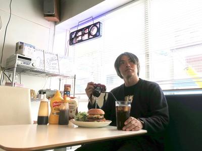 「ハンバーガー店は気になる単語をネットサーフィンで検索して探します」(月ウサギ)