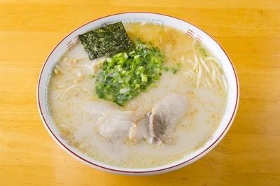 「龍王」の「ラーメン」(550円)。しっかりと乳化させた豚骨スープ。ゴマ油の風味も効いている