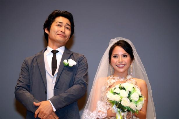結婚式さながらのイベントに登壇した安田顕とナット・シトイ