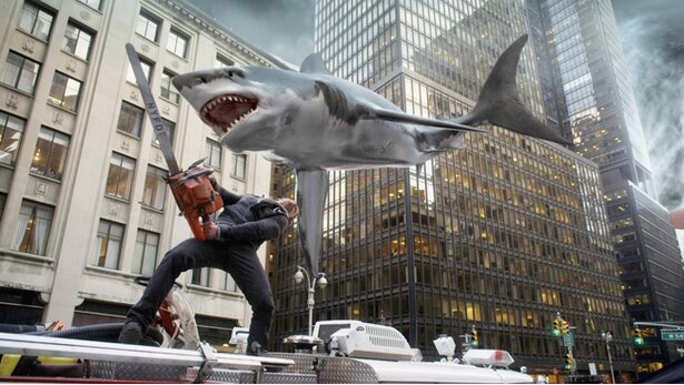 空から降って来るサメをチェーンソーで迎え撃つというなんともカオスな画が繰り広げられる『シャークネード』シリーズ