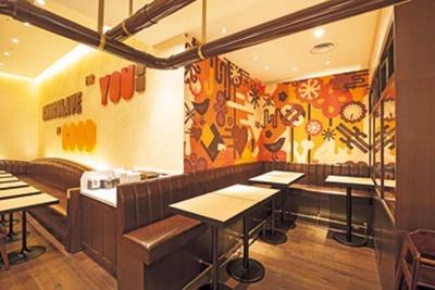 【写真を見る】開放的でゆったりとした空間に、ポップでカラフルなグラフィックが/MAX BRENNER CHOCOLATE BAR ルクア大阪店