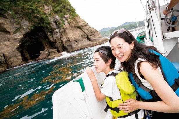 【写真を見る】横切る風が気持ちいい船に乗って洞窟探検へ!/九龍島