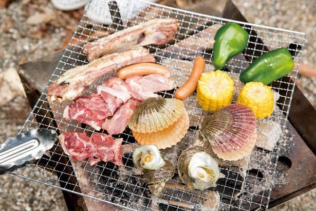 軽く炙るだけで味わえる特製スペアリブが自慢/九龍島