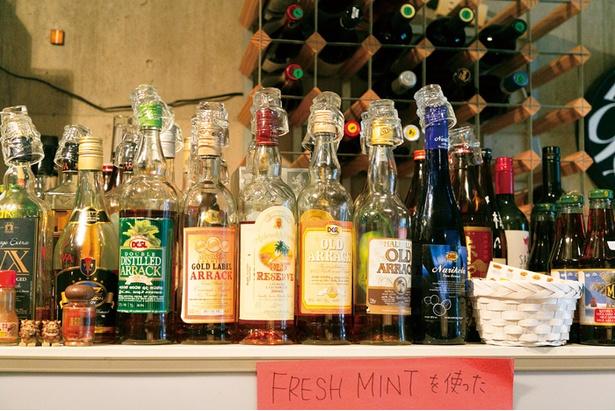 店内には、スリランカのウィスキーやテキーラ、焼酎などのお酒が並ぶ