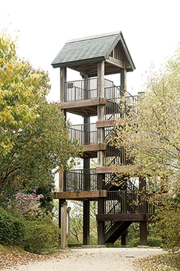 【写真を見る】園内中心にある、木造の建物が目印/錦織公園