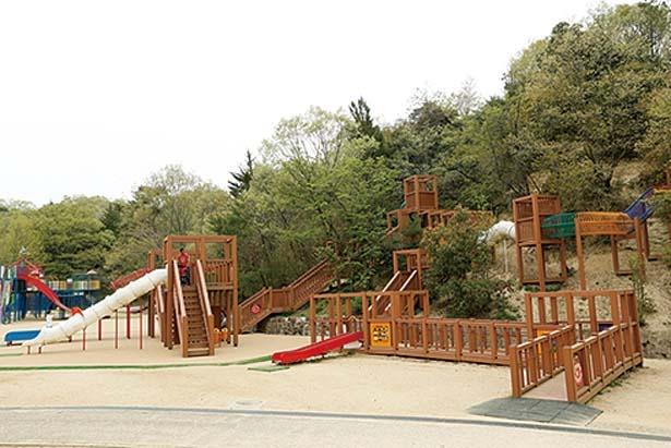 石でできた滑り台やロープ滑りなど多彩な遊具を設置/錦織公園