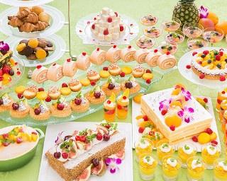 毎回予約で満席となる大人気のデザートブッフェが登場。30種類のデザートを中心に楽しめる※写真はイメージ