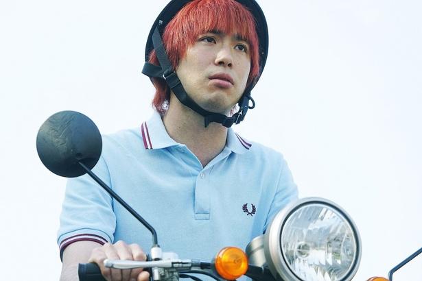 バイクに乗る渡辺大知