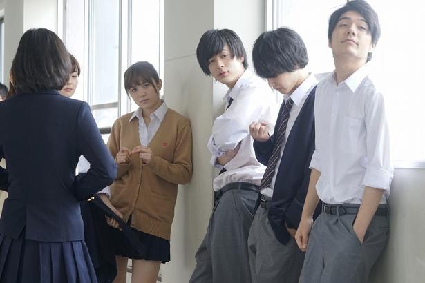 成田凌(右から3番目)の制服姿もキュン!