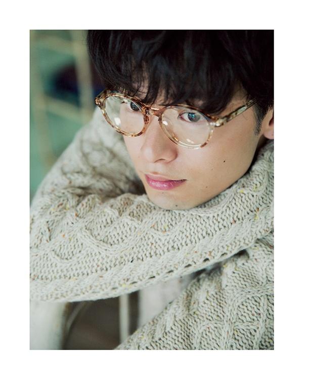 【写真を見る】まるで印象の違う眼鏡男子の中村倫也