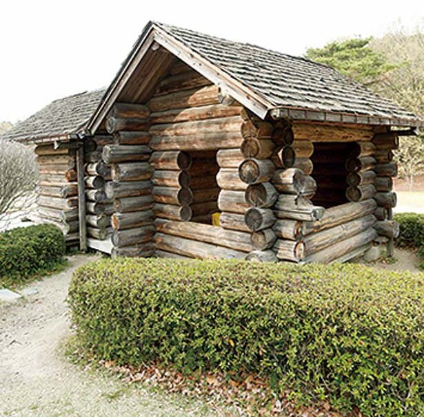 「遊びの森」にある丸太小屋には、ベンチとテーブルが中にあり小休憩にぴったり/京都府立山城総合運動公園 太陽が丘