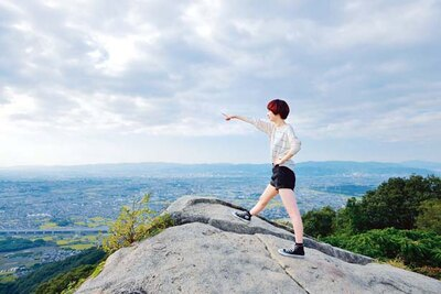 突き出ている山頂の大きな岩の上から絶景が望める/交野いきもの ふれあいの里