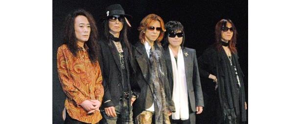 8月に行われるライブに向けて記者会見を行ったX JAPAN。写真左よりPATA(ギター)、HEATH(ベース)、YOSHIKI(ドラム、ピアノ)、ToshI(ボーカル)、SUGIZO(ギター、バイオリン)