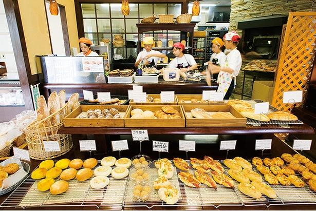 「手作りパン工房 フレ」。パンが多くそろうのは11:30ごろ。イートインでは11:00までコーヒーが100円とお得