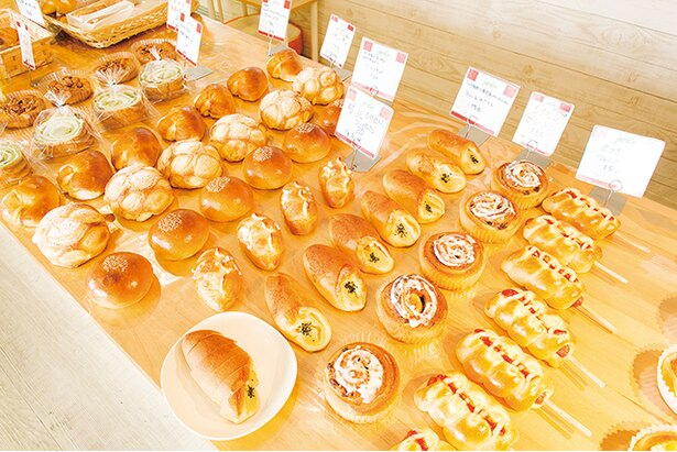 「Boulangerie Jardin」。整然と並ぶ自慢のパン。イートインとコーヒーサービス(150円)があるので、ランチに!