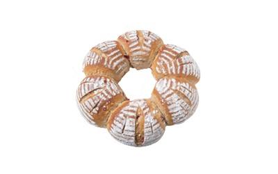 「天然酵母おひさまパン」の「苺カンパーニュ」(800円)は季節限定のパン。あまおうの天然酵母で、イチゴつぶジャムとチョコが入る※価格は2018年7月現在のものです