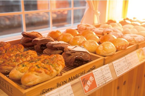 【写真を見る】「天然酵母おひさまパン」。パンに使うあんこやクリームも自家製だ