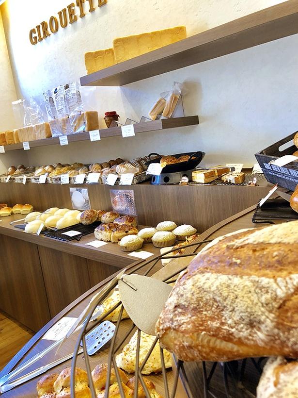 「GIROUETTE」の店内。モチモチ食感のフランスパンからチーズや茶葉など練り込んだパンなど、豊富なラインナップ