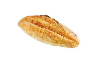 「手作りパン工房 フレ」の「明太バターフランス」(206円)。明太子の「福太郎」とコラボ。休日など多い日は50本以上売れる名物パン