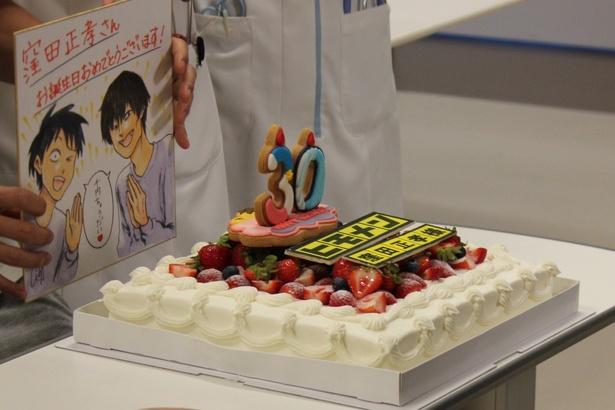 """""""30""""の数字と「ヒモメン」のロゴでデコレーションされたバースデーケーキ"""