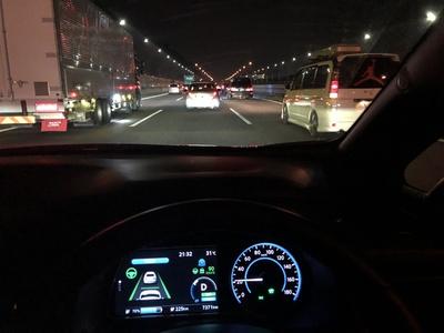 渋滞中の東名高速下り線。プロパイロットにより車線の中央を時速20km/hで自動で走行する