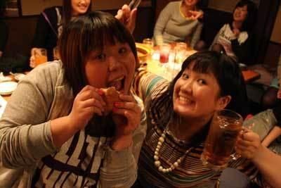 「パンプキンズ」の2人。ハンバーガーが似合いすぎです