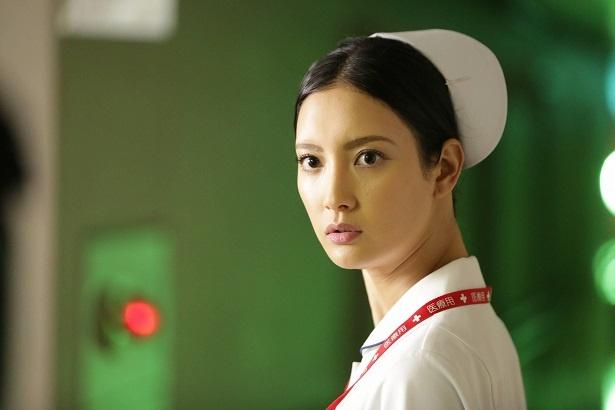 【写真を見る】菜々緒は看護師役で主演! うしろに何かいる…?