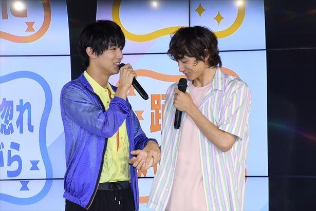 【写真を見る】中川大志が小関裕太に一目惚れ!? 出会ってすぐに「踊りませんか?」