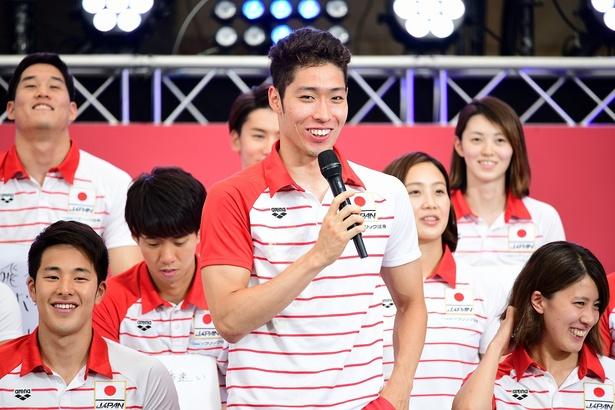 「パンパシ水泳2018」で男子主将を務める萩野公介選手(中央)